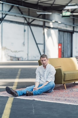 steffen-boettcher-sony-alpha-9-man-sitting-on-floor-in-warehouse
