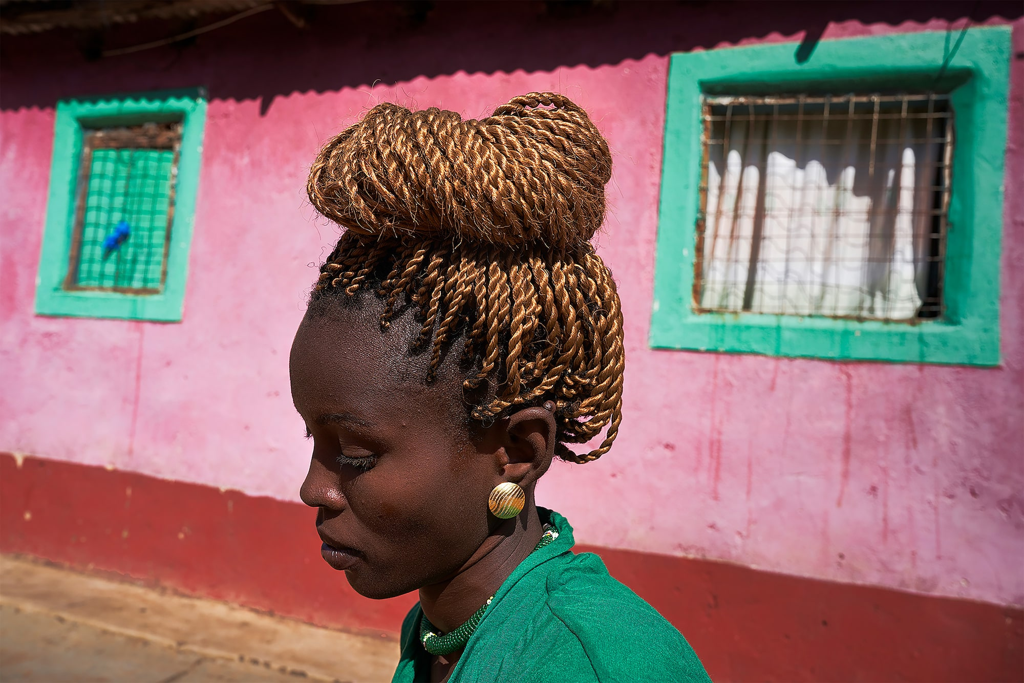 tomasz tomaszewski sony alpha 7RM3 profile of a young kenyan girl with intricately braided hair