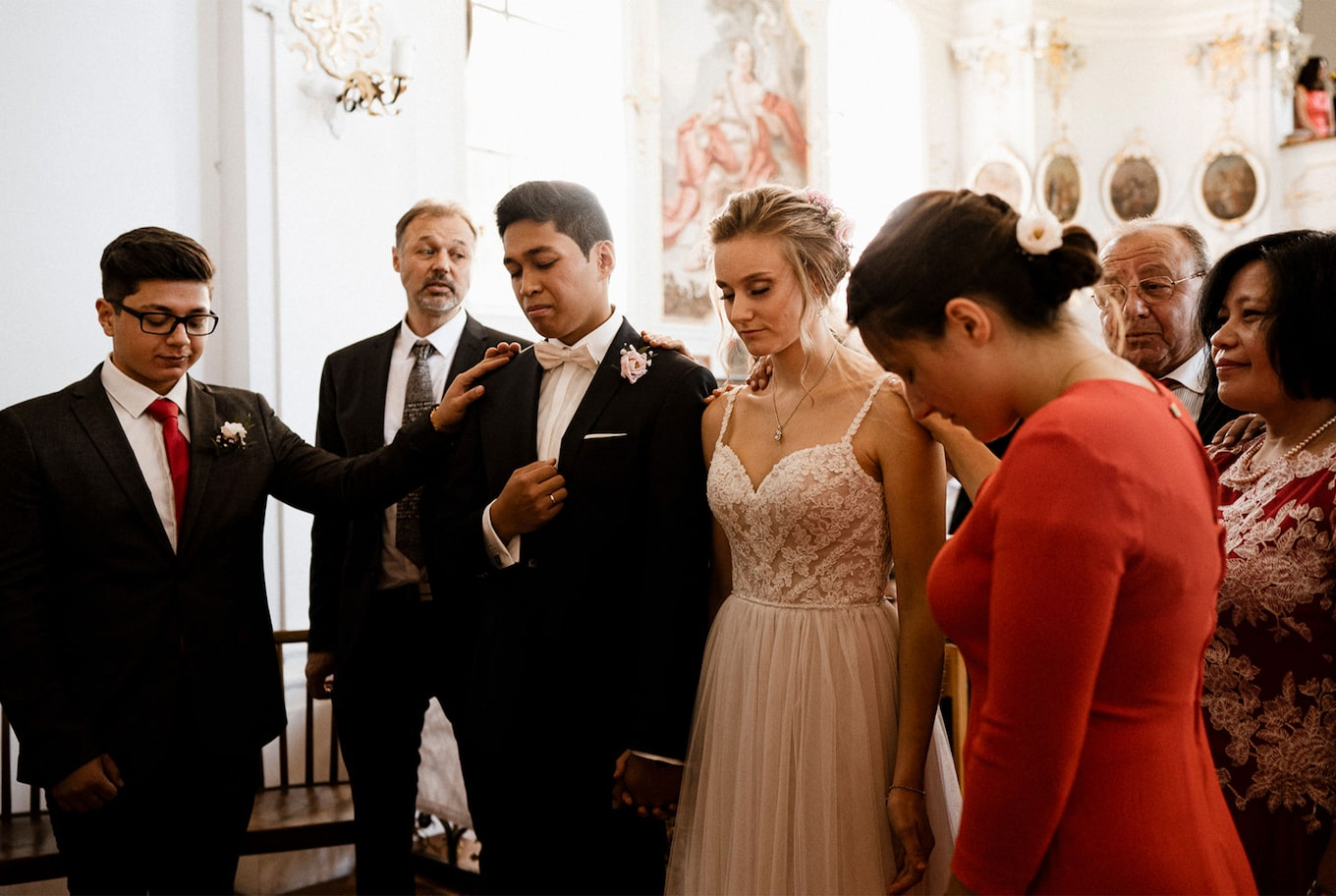 yannick zurfluh sony alpha 9 brides sharing touching moment with their families