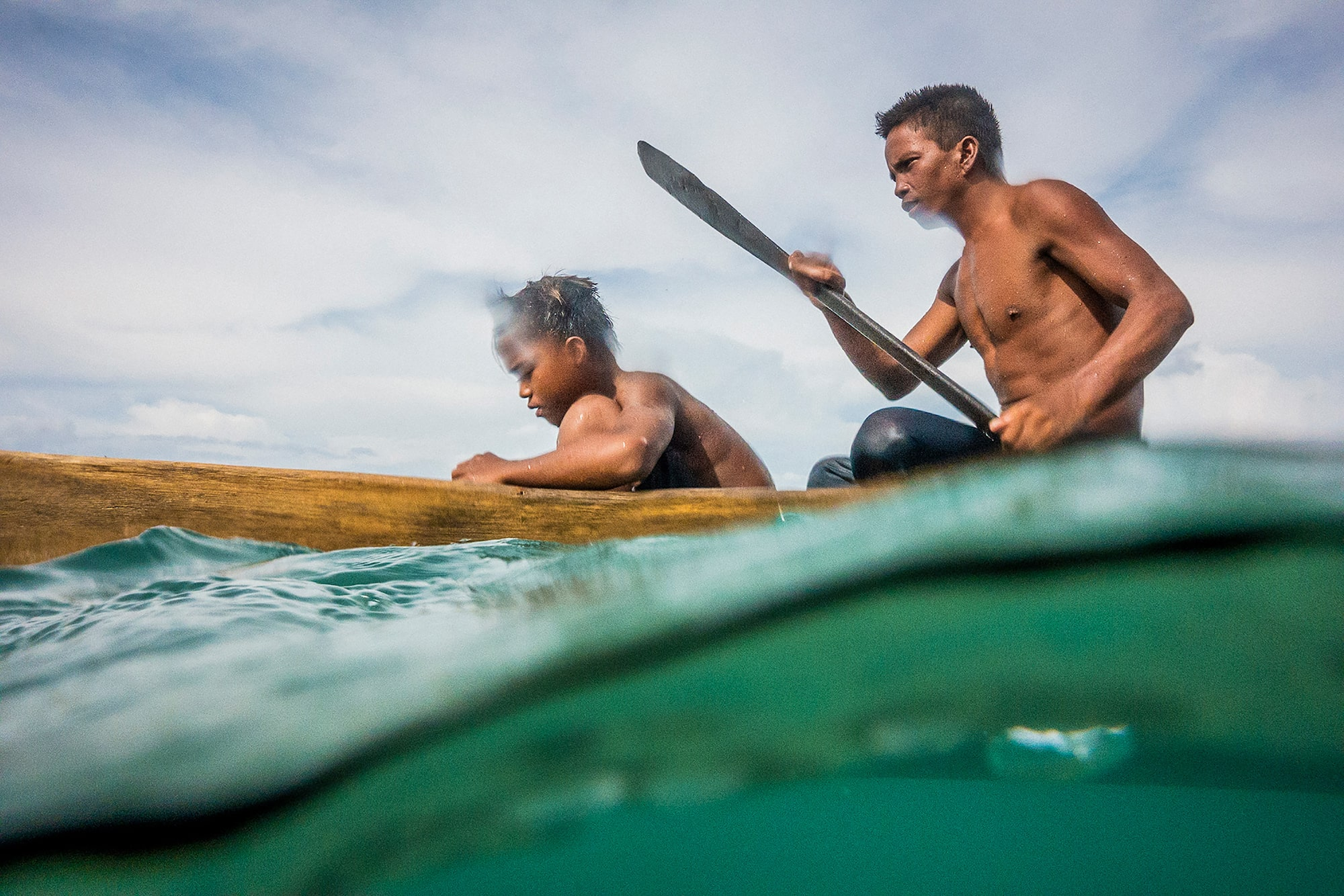 marek arcimowicz sony rx100V 2 young lads on canoes paddling through the ocean