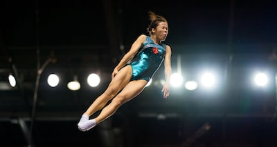 terry donnelly sony alpha 9 gymnast leaps in the air with her eyes closed