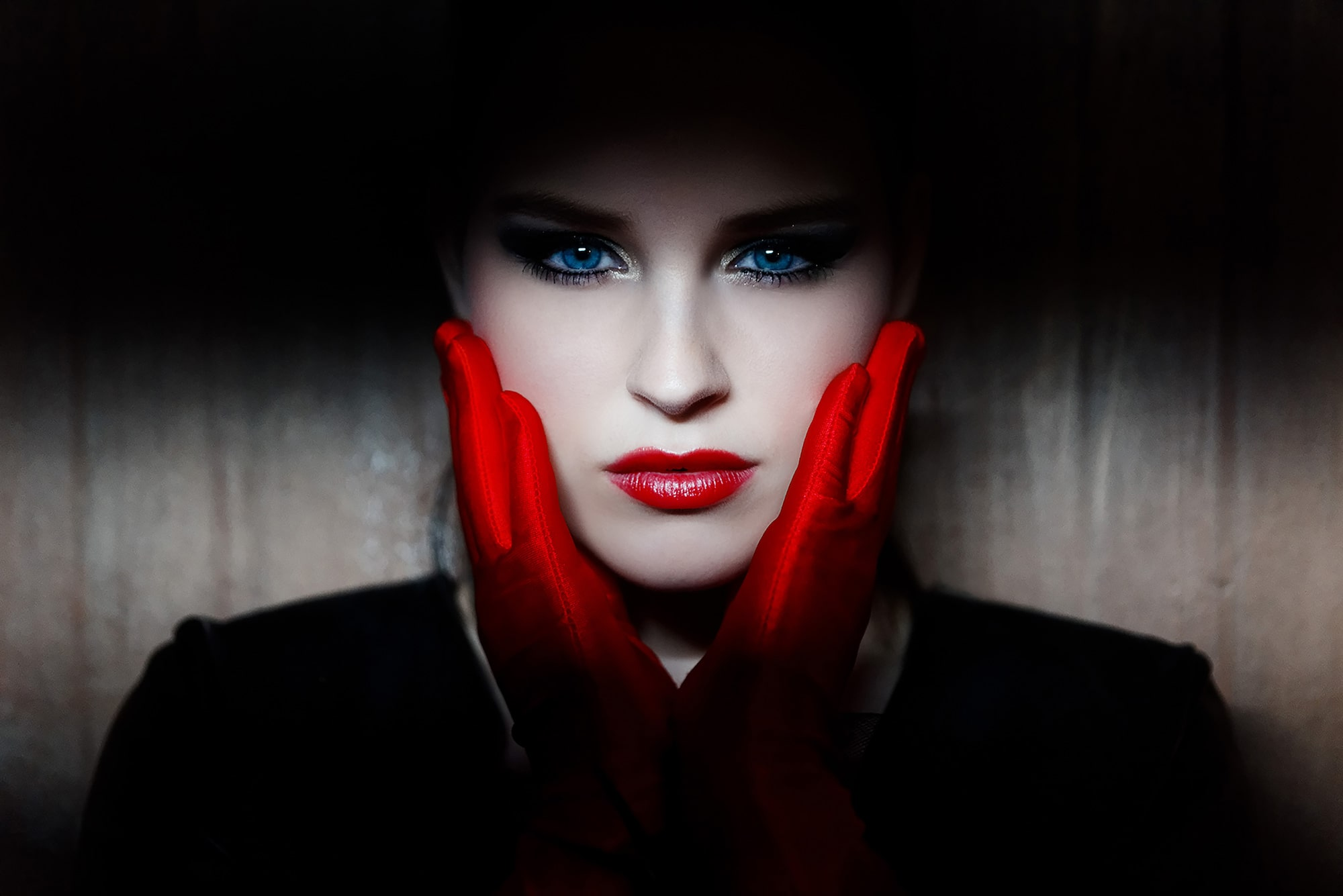 frank doorhof sony alpha 7R lady with blue eyes holding her hands against her face wearing red gloves