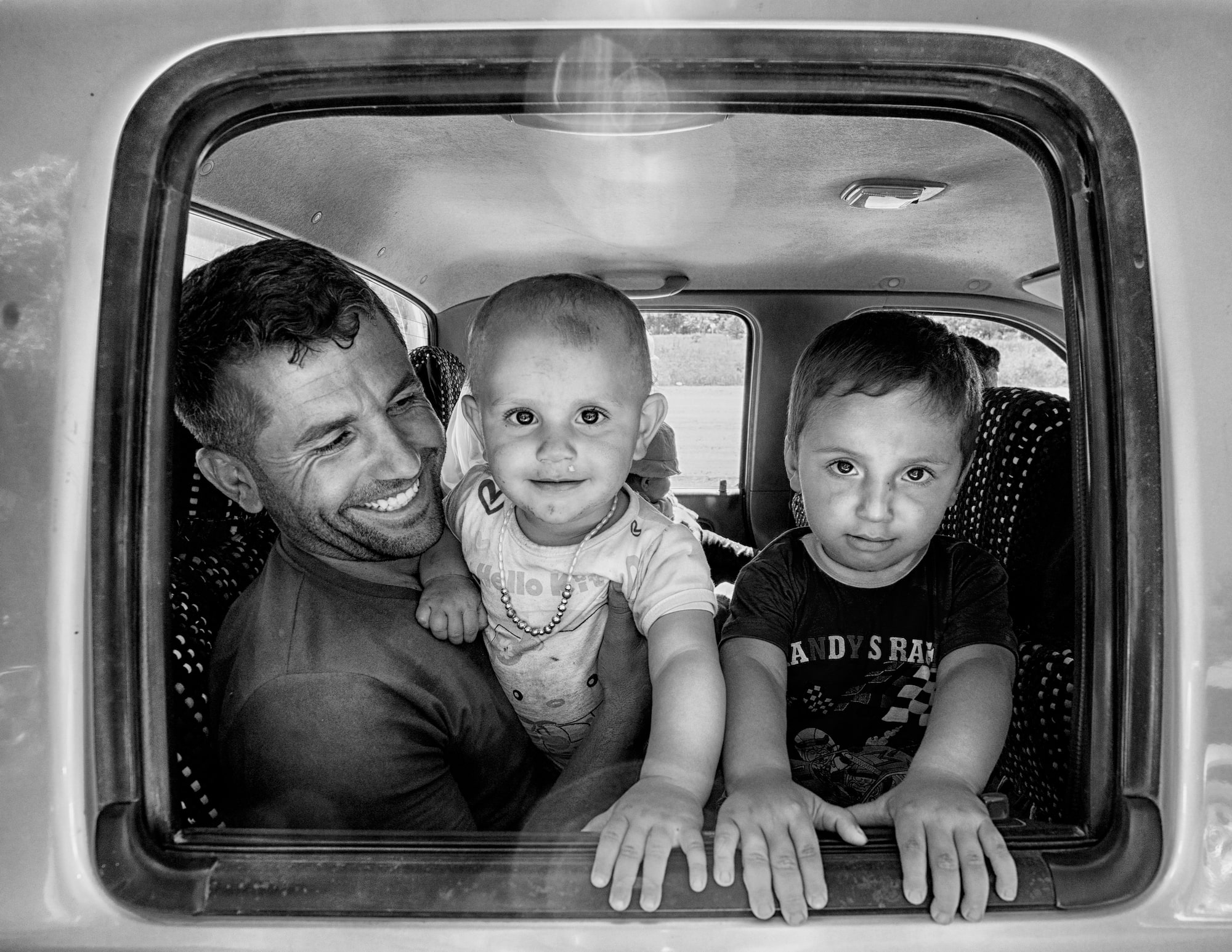 fatma sony alpha 7II father posing with his 2 children through a car window