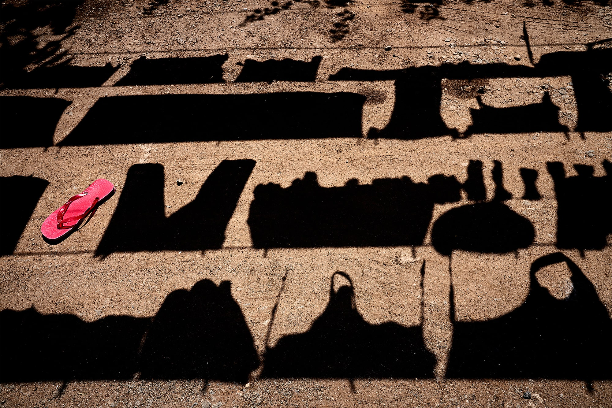 tomasz tomaszewski sony alpha 7RM3 shadows from washing hanging on a clothes line with a pink flip flop in the frame