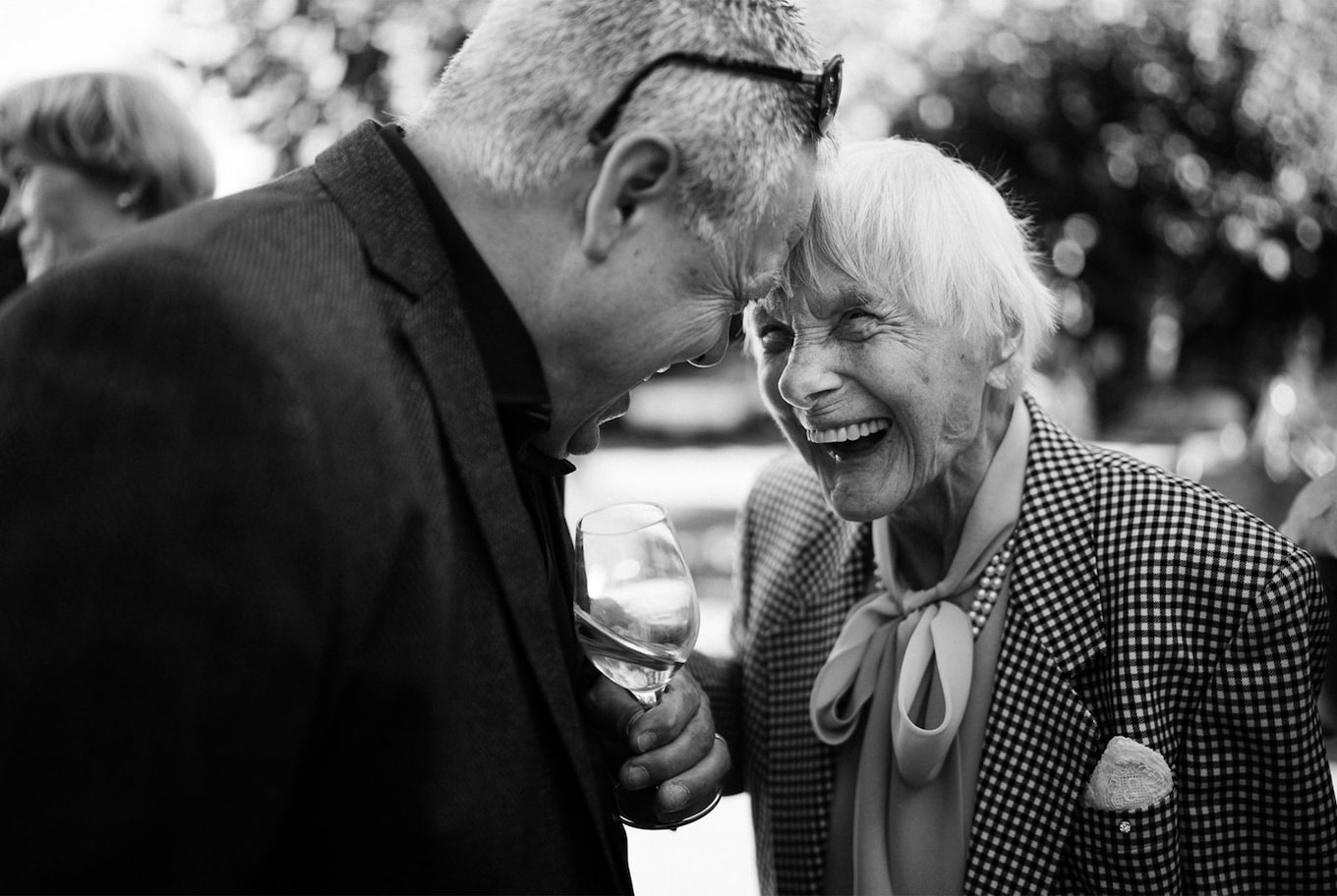 yannick zurfluh sony alpha 9 black and white guests laugh over a drink