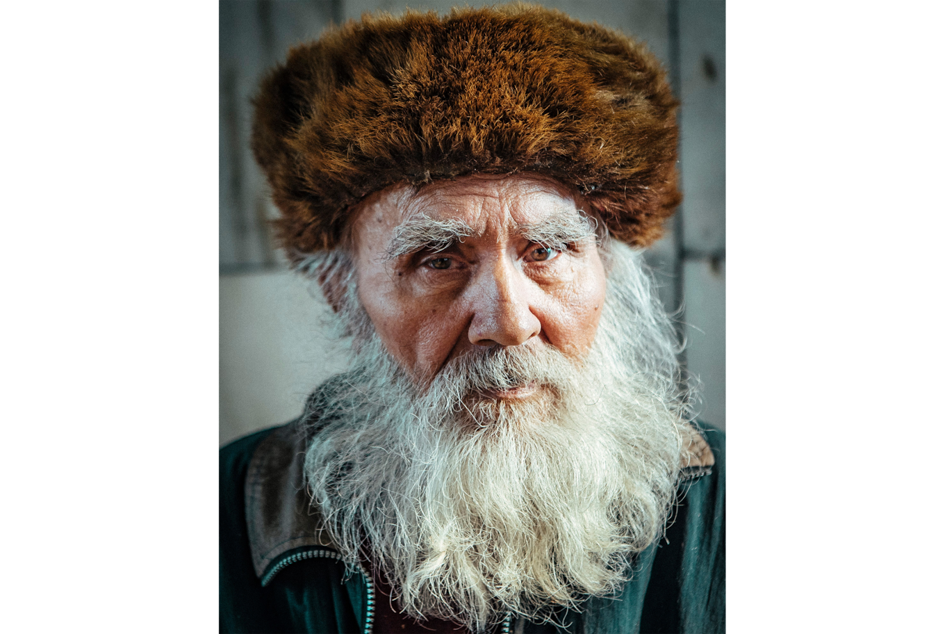 dennis schmelz sony alpha 7s2 portrait of an hold man with a beard and a chapka