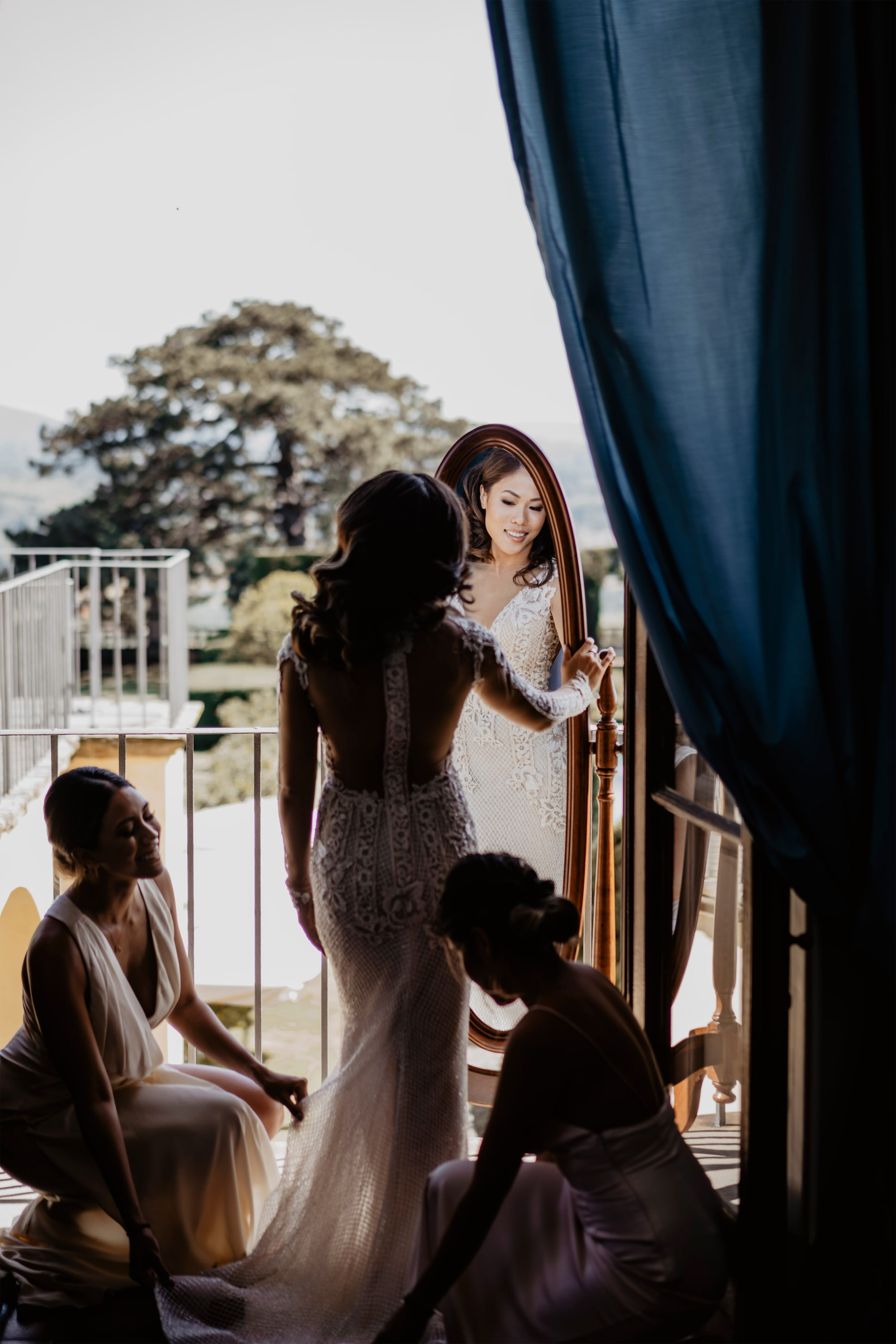 david bastianoni sony alpha 7M3 bride getting ready in front of a mirror as her two bridesmaids look on