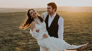sina-demiral-sony-alpha-99II-groom-holding-bride-with-sunlight-behind