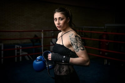 maki-galimberti-sony-alpha-7RII-female-boxer-about-to-tie-her-gloves-on-looks-at-camera